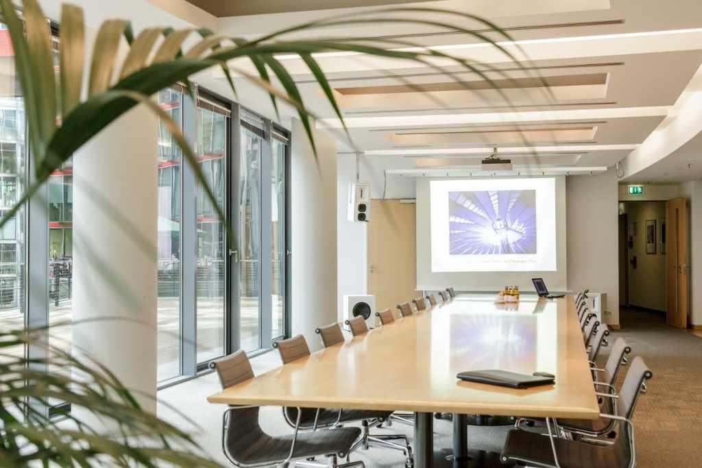 Konferenzraum mit Blick ins Sony Center am Potsdamer Platz